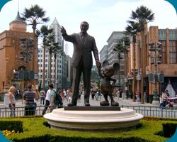 Beeld Walter Elias Disney met Mickey Mouse in het Walt Disney Studios Park